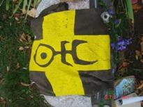 Майка на надгробном камне, желтым символом вверх.